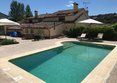 Casa Rural Los Cipreses de Mesones Guadalajara cerca de Madrid - Foto del patio trasero y la piscina